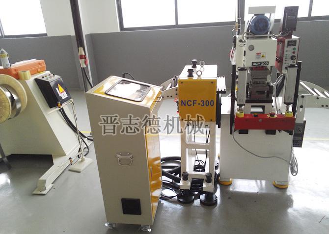 晋志德ACP系列气动桌上精密冲床则是传统机械式桌上冲床最佳的替代产品,有3T、5T两种款型。   产品特点:采用先进型安全离合器,精密多圆柱体导向,智能可拓展型操作界面。   适用范围:应用于精密电子、电器的金属及非金属部件的冲压成形,压卯,以及自动化生产线的冲压领域。   性能优势:气动桌上精密冲床其不仅在结构上使用了气动离合刹车器代替了传统机械式离合器,使得冲床在安全性、稳定性、冲压性能上有了显著的提升,而且在行程调整上换用了新型调整结构,其能改变带动轴与动力轴轴心之偏心距离,连带令桌上冲床之冲